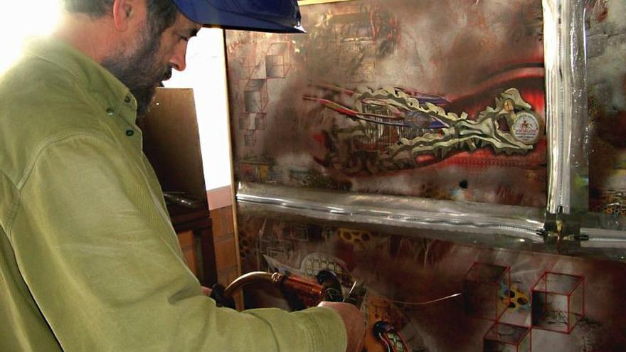 El pintor Ramón Rivas trabajando en una de sus obras.