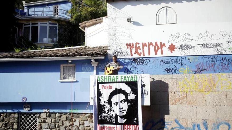 """El cantante chileno Chinoy en un evento poético musical por la libertad del poeta palestino preso en Arabia Saudí, Ashraf Fayad, en la casa de Pablo Neruda """"la Chascona, en Santiago (Chile)."""