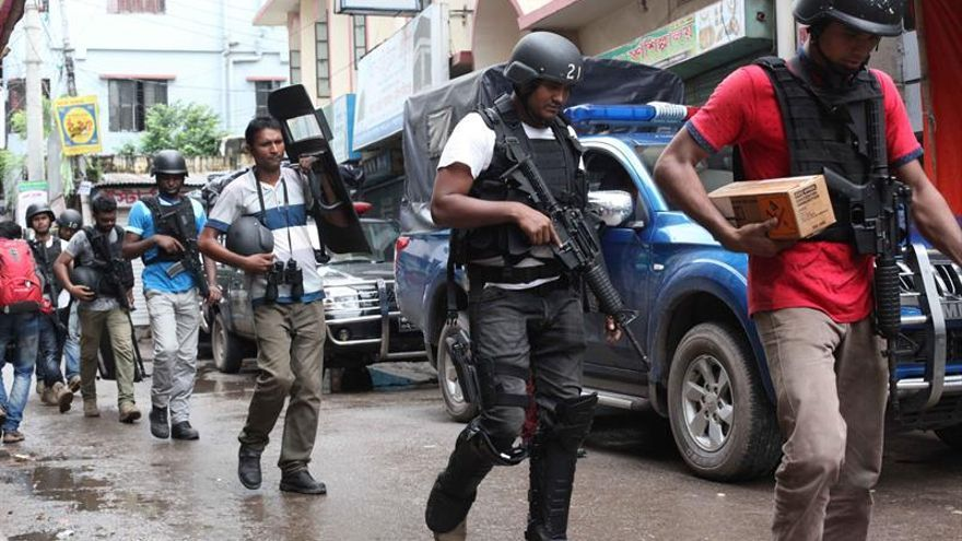 Nadie recoge los cadáveres de los terroristas yihadistas en Bangladesh