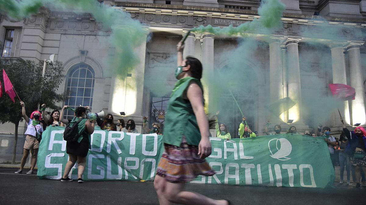 En Bahía Blanca, el pañuelazo y vigilia verde comenzó a las 19 en la plaza Rivadavia.