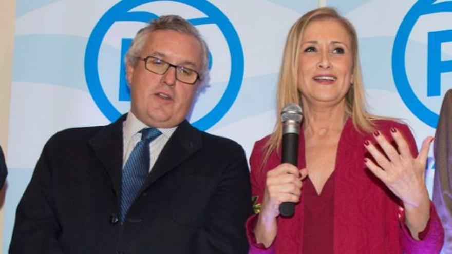 Luis Asúa, presidente del PP de Chamberí, junto a Cristina Cifuentes, presidenta de la gestora del PP de Madrid