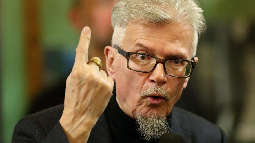 El escritor Eduard Limonov en 2017 durante una presentación en San Petersburgo, Rusia.
