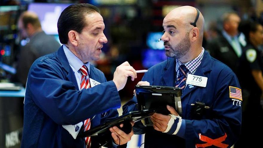 Wall Street sigue rojo a media sesión, con un descenso del 0,01 por ciento en el Dow Jones