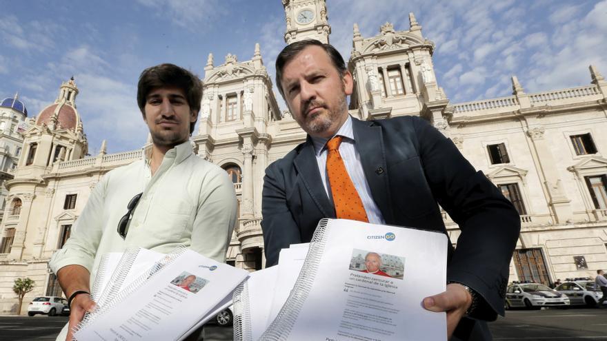 Ignacio Arsuaga (d), presidente de HazteOir, en una foto de archivo / EFE