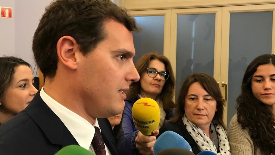 """Rivera (Cs) cree que Iglesias ayuda a Rajoy """"frivolizando"""" con una moción de censura"""