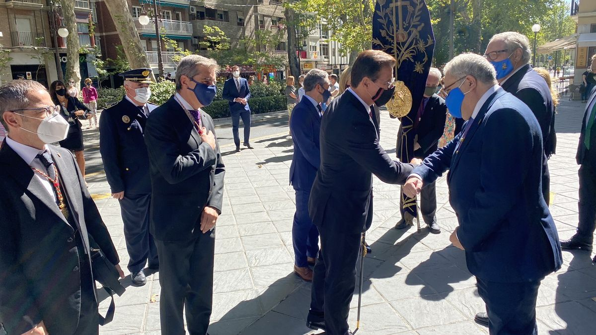 Según denuncia la oposición, el alcalde mantuvo la agenda y participó en actos institucionales como el que se ve en la imagen