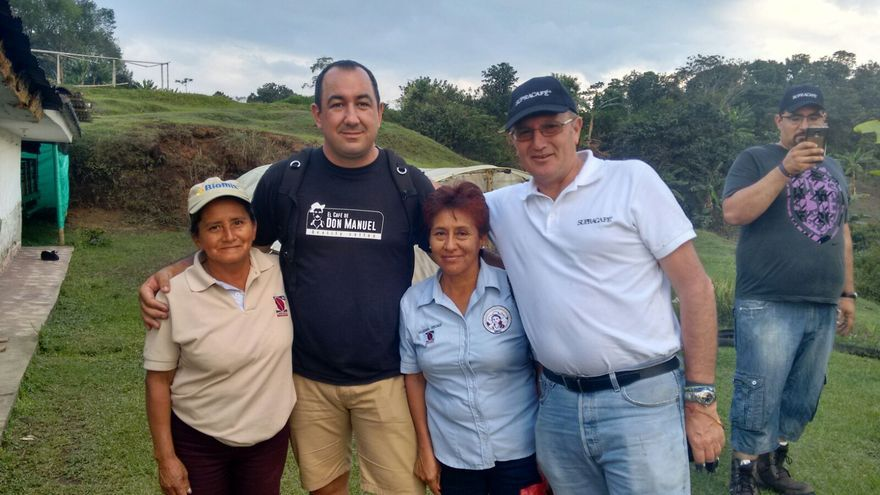 Rayco y Ricardo Oteros con caficultoras del Valle del Cauca.