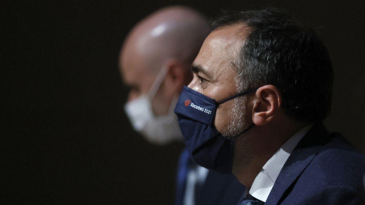 El conselleiro de Sanidade, Julio García Comesaña, en una rueda de prensa.