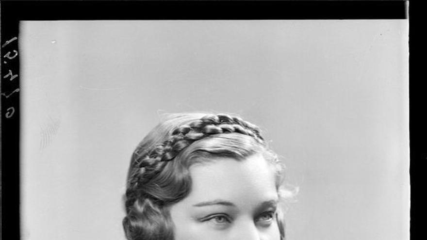Retrato de señora con abrigo y trenza en la cabeza. Estudio Coyne.
