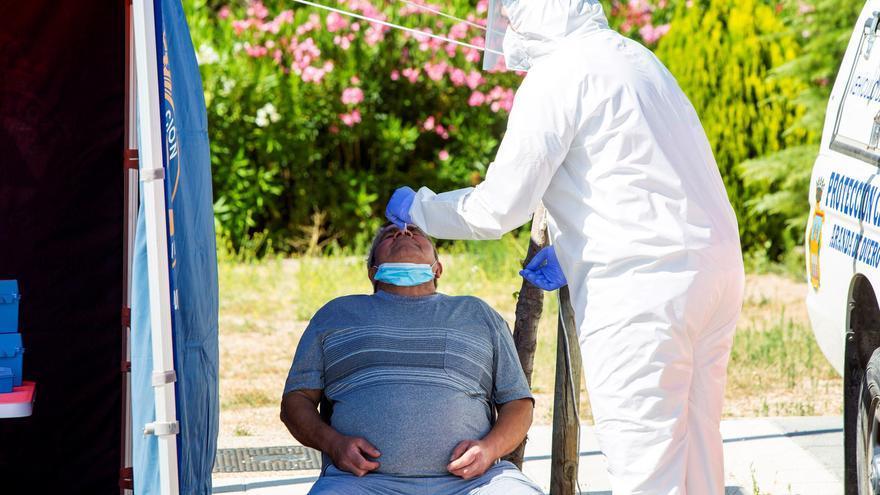 Un sanitario efectúa una prueba PCR a un hombre en Aranda de Duero. EFE/ aco Santamaria