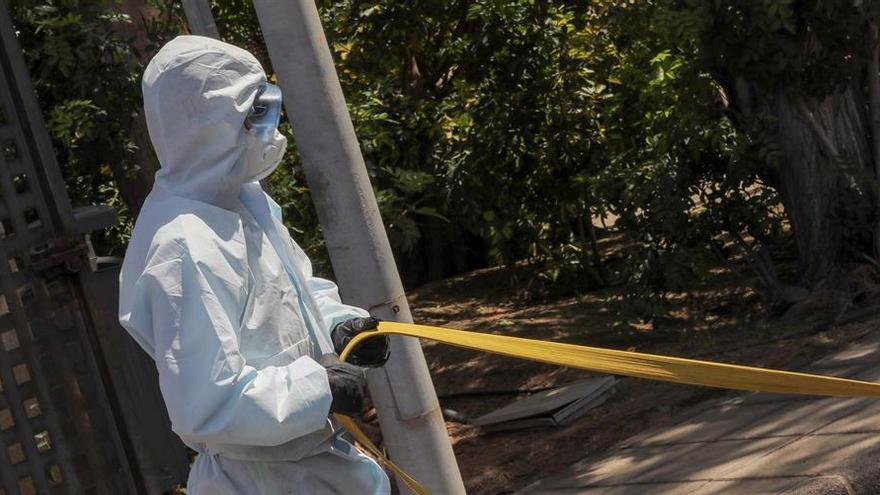 La Unidad Militar de Emergencias realiza labores de desinfección preventiva en el Centro Sociosanitario El Pino (Gran Canaria).