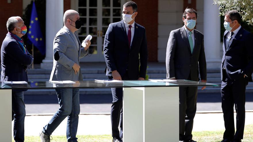 """El presidente del Gobierno, Pedro Sánchez (c) junto a los presidentes de CEOE, Antonio Garamendi (2d) y la Cepyme, Gerardo Cuerva (d) y los secretarios generales de UGT, Pepe Álvarez (i) y CCOO, Unai Sordo (2i) antes de la firma del """"Acuerdo por la reactivación económica y el empleo"""" en el palacio de la Moncloa, en Madrid este viernes."""