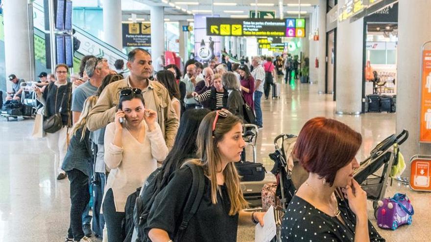 El PSOE pide más policías para el control de pasaportes en los aeropuertos