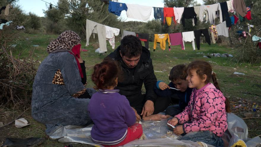 Una familia de solicitantes de asilo en el campo reservado para personas vulnerable de Lesbos.