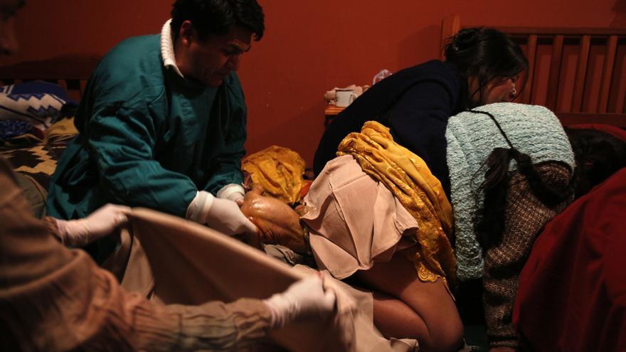 Ceferina Siñani tiene a su wawa (bebe) en una sala intercultural acondicionada por Médicos del Mundo en el Hospital de Patacamaya/ Fotografía: Olmo Calvo