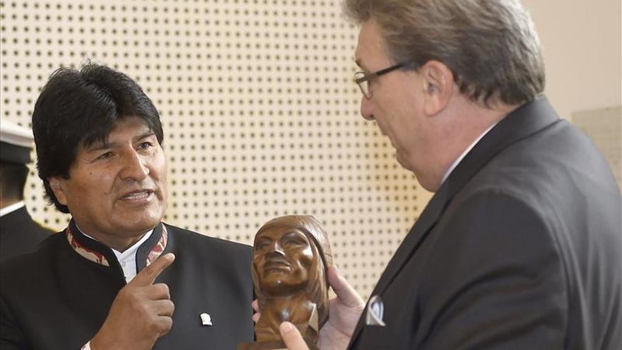 """Morales abre su gira europea con una Merkel """"impresionada"""" con el avance boliviano"""