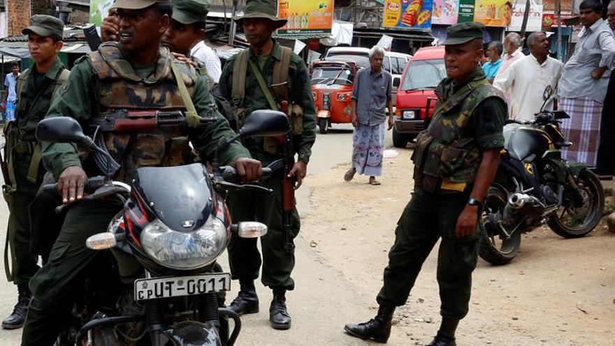 Soldados desplegados para mantener el orden en Digana, Kandy, a 117 kilómetros de Colombo (Sri Lanka)