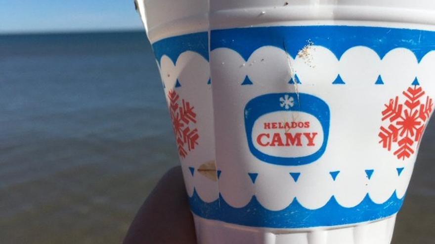 Vasito de helado encontrado en las playas valencianas