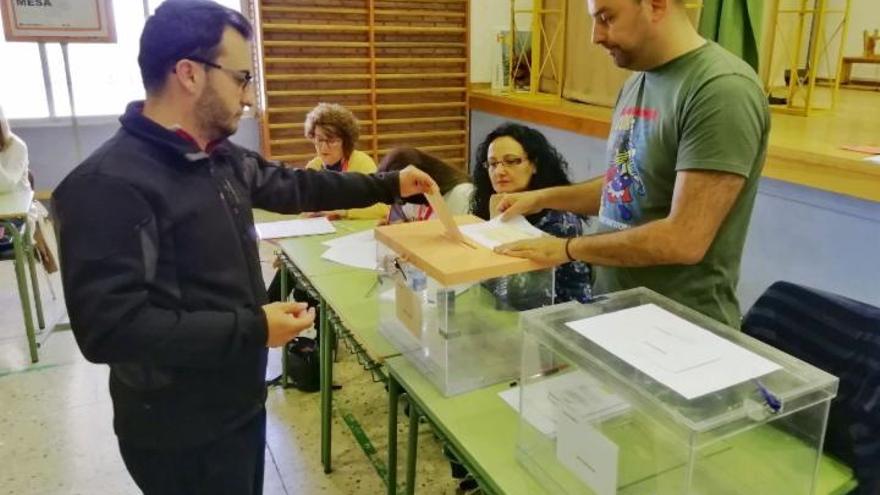 Votación en un colegio electoral de León