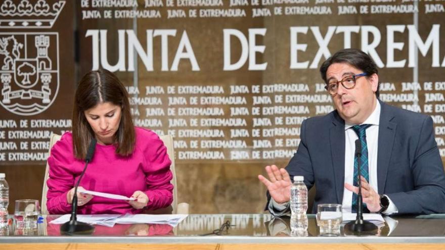 José María Vergeles, consejero de Sanidad de Extremadura, acompañado de la portavoz de la Junta, Isabel Gil Rosiña