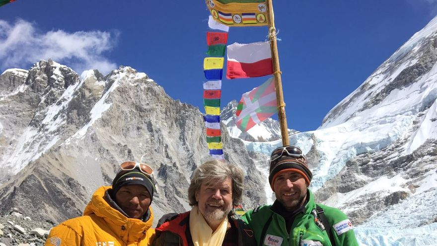 Reinhold Messner, en el centro, junto a Alex Txikon (derecha) y Nuri Sherpa (izquierda) en el campo base del Everest.