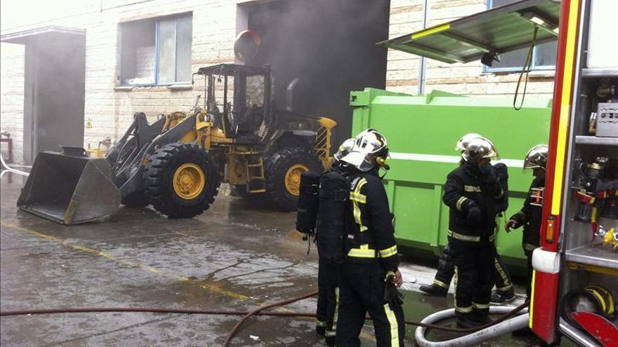 Bomberos de Toledo y Madrid trabajan en la extinción de un incendio en Seseña