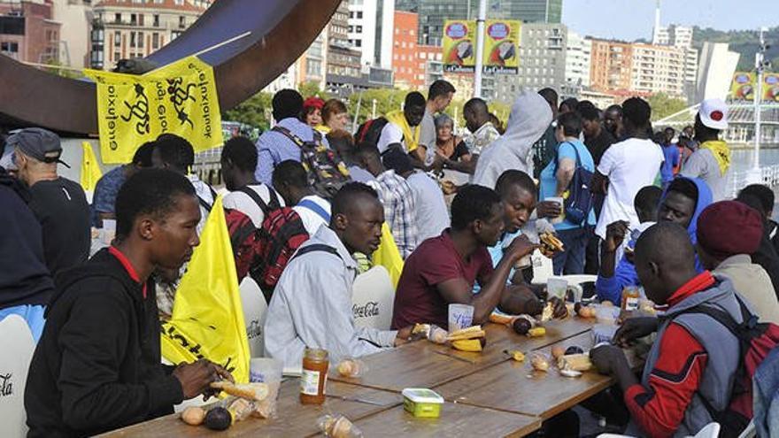 Desayuno reivindicativo y solidario frente al ayuntamiento