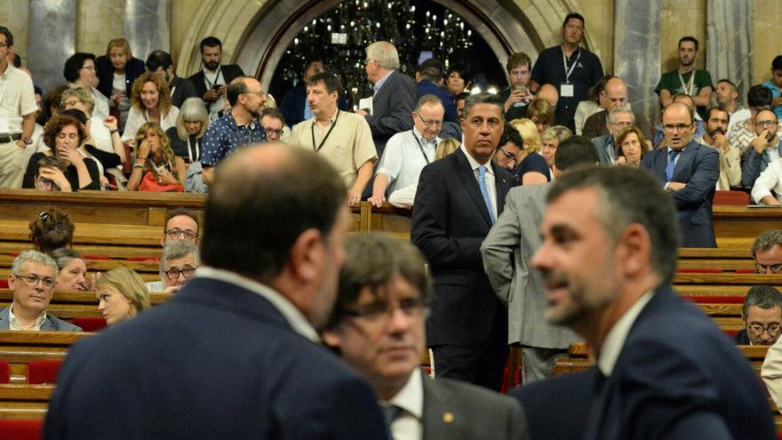 Puigdemont y García Albiol, líder del PP, en el Parlament de Catalunya