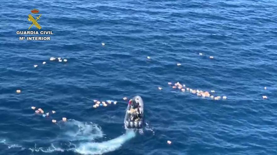 Embarcación de Guardia Civil y narcolancha chocan en un operativo con 80 fardos de hachís intervenidos
