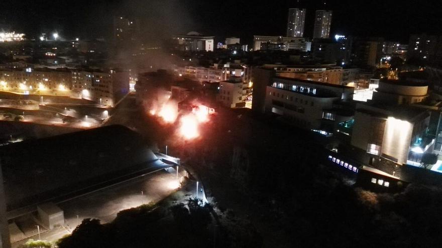 Los bomberos controlan en poco tiempo un incendio en la ladera del Barranco de Santos