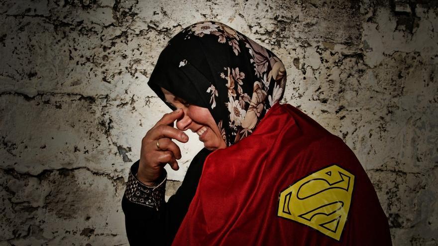 """Amal vive en Beit Lahia, una de las áreas más afectadas del conflicto. Está orgullosa de tener tres hijos que estudian en la universidad y de ser palestina. """"No soy sólo una mujer, también me siento como un hombre porque la mayor parte del tiempo tengo la responsabilidad tanto de un hombre como de una mujer"""". Fotografía: Ovidiu Tataru."""