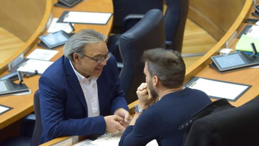 El portavoz del PSPV, Manolo Mata, dialoga con el síndic de Compromís, Fran Ferri, en las Corts