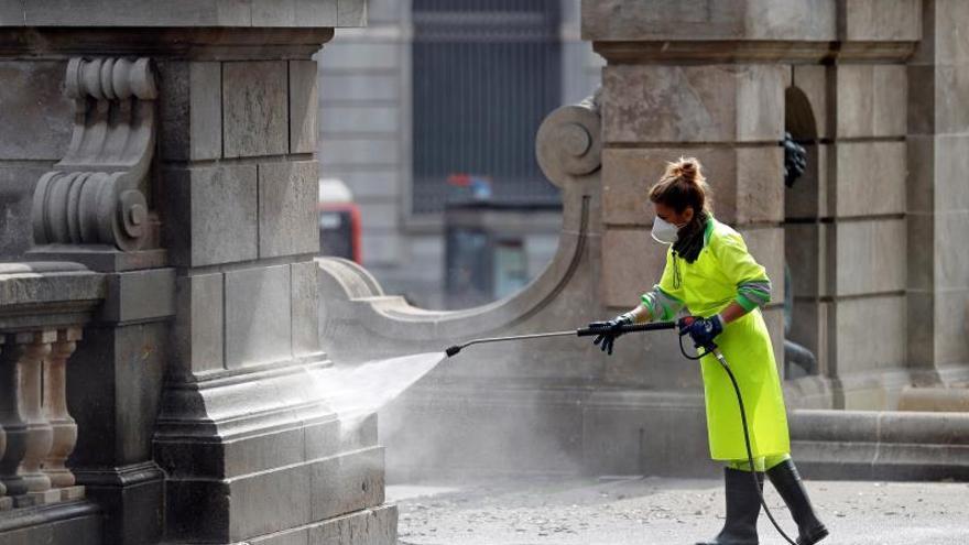 Una operaria de limpieza realiza su trabajo en la plaza de Catalunya de Barcelona este sábado.