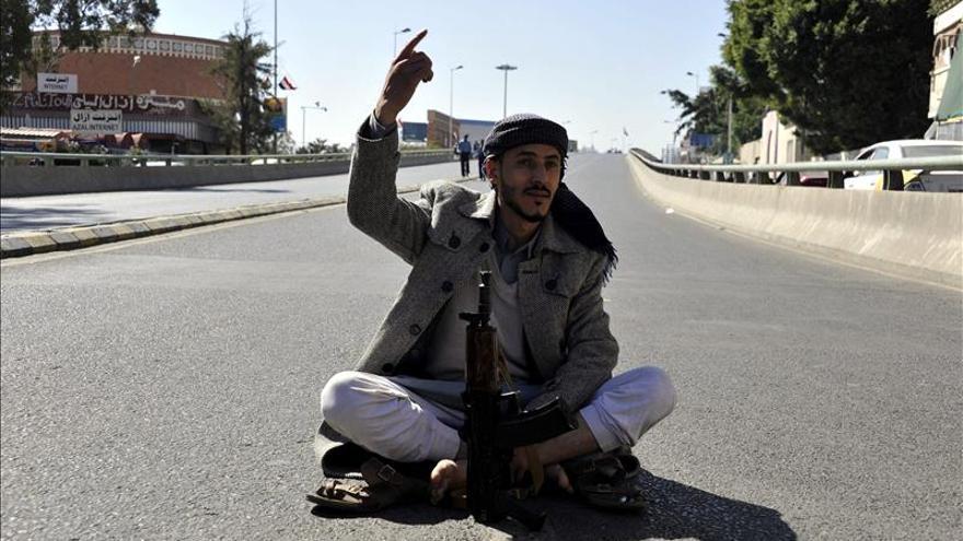 Muere un argelino y un francés resulta herido por disparos de hutíes en Yemen