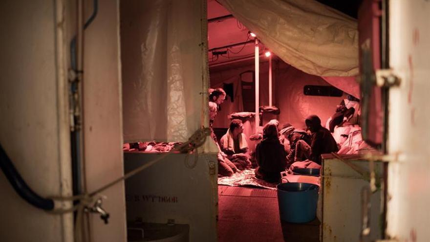 Las ONG advierten que se agravan las condiciones para los 49 rescatados en el mar