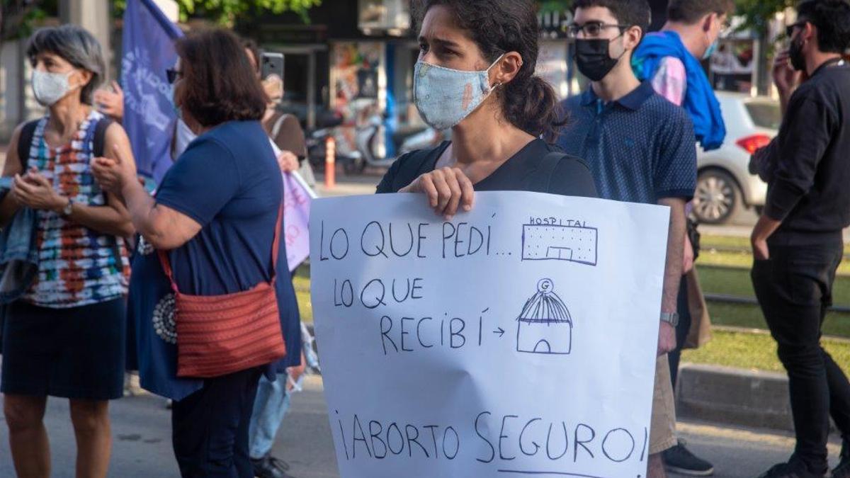 Manifestación a favor del aborto en la sanidad pública frente a la Consejería murciana de Salud este viernes.