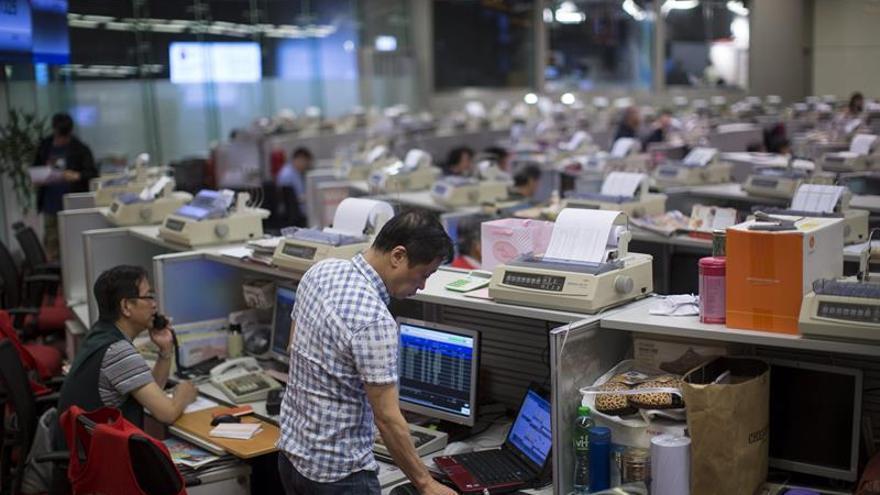 El índice Hang Seng sube 9,73 puntos, el 0,03 por ciento, a media sesión