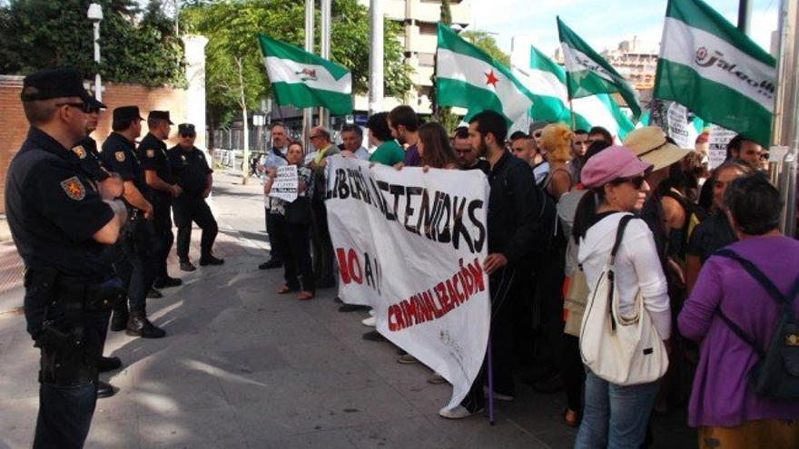 Manifestación en los juzgados el pasado 6 de junio por la detención de los tres acusados de ultraje a la bandera./Foto: JC