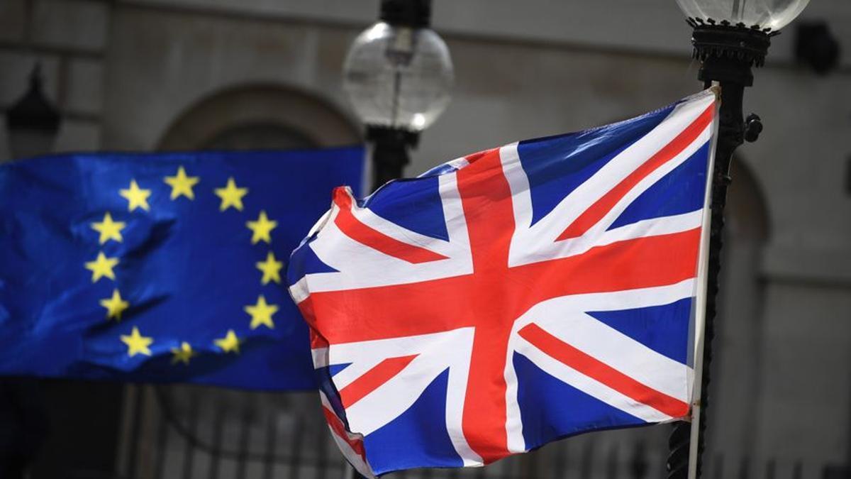 Una bandera de la UE junto a una bandera de Reino Unido. EFE/ Neil Hall/Archivo
