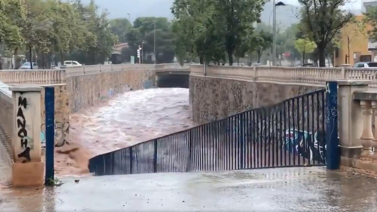 Una imagen de la inundación de un barranco en Benicàssim.