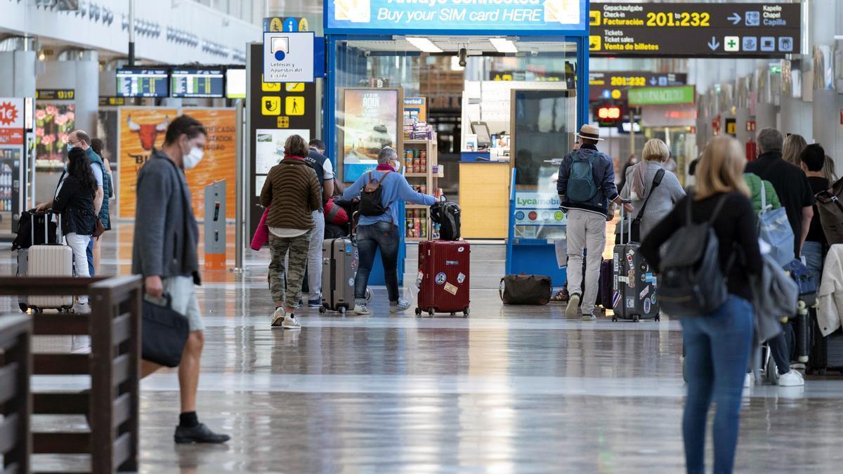 Turistas en el aeropuerto de Tenerife Sur