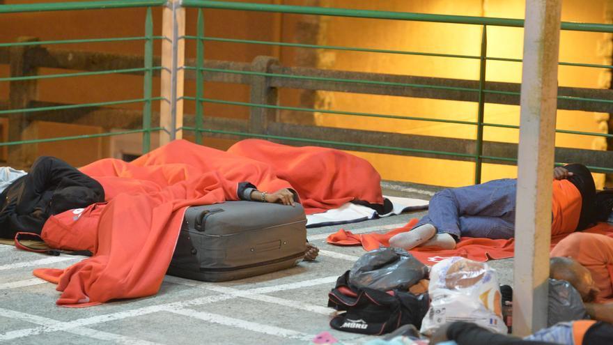 Un joven duerme agarrado a su maleta