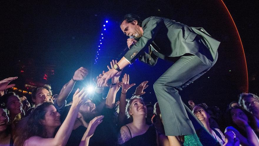 El cantante australiano Nick Cave se presenta con su banda de rock alternativo 'Nick Cave and The Bad Seeds' en el Papp Laszlo Sports Arena de la ciudad de Budapest (Hungría).