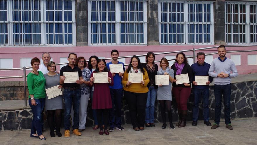 El consejero de Empleo del Cabildo de La Palma, Jordi Pérez (d), con un grupo de participantes del curso de formación en 'Telemarketing y Excelencia Telefónica'.