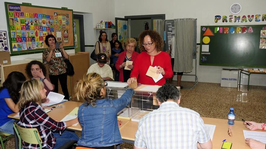 Alicia Morales, candidata de Ahora Murcia, votando en Vistabella