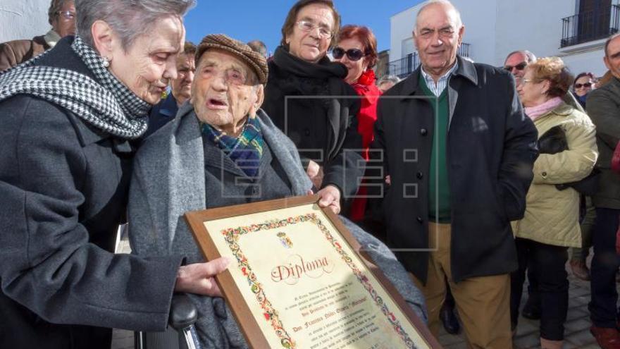El hombre más longevo del mundo cumple hoy 113 años, con brío y alegría