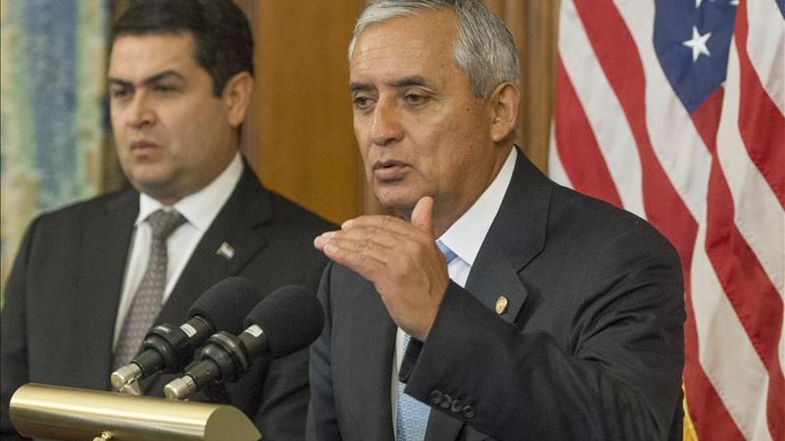 Guatemaltecos se encadenan a Palacio Nacional para exigir renuncia presidente