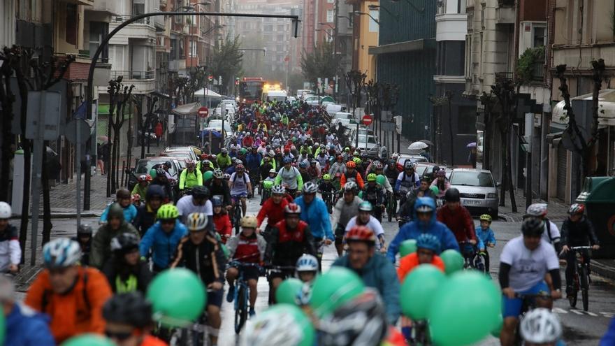 Medio millar de personas toman parte en la 'I Bicicletada Solidaria Bridgestone' celebrada en Bilbao
