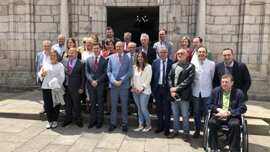 El PSOE gobernará Ponferrada después de 24 años. En el centro de la imagen el nuevo alcalde, Olegario Ramón.