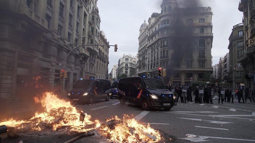 Fuego en la Via Laietana de Barcelona en la quinta jornada de protestas.